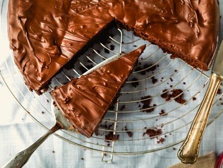 Вкусна шоколадова торта с два вида шоколад и лешници - снимка на рецептата